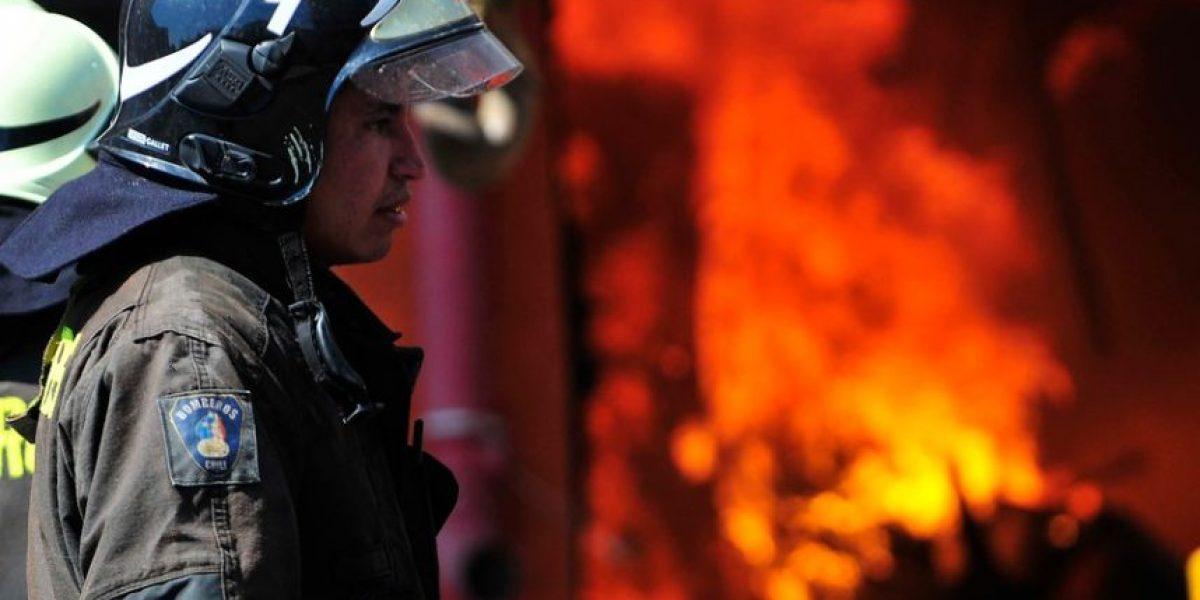 Con problemas de agua Bomberos combate incendio en fábrica de puertas en San Bernardo