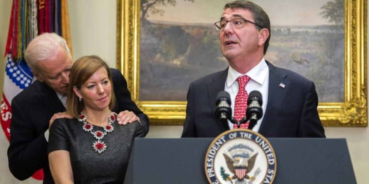 (FOTOS) El escandaloso susurro del vicepresidente de EEUU a la esposa del nuevo jefe del Pentágono