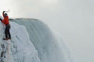 Superó los 42 metros (140 pies) de las cáscadas Foto:Red Bull. Imagen Por: