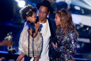"""En 2013 Beyoncé lanzó su quinto disco solista de manera inesperada. Incluyó la canción """"Drunk in Love"""", otra colaboración con Jay. La pareja se llevó todas las miradas con su actuación del sensual simple en los Premios Grammy 2014 en enero Foto:Getty Images. Imagen Por:"""