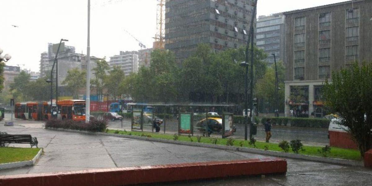 (TUITS) Santiaguinos descolocados ante sorprendente lluvia, truenos y relámpagos en pleno verano