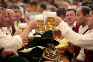 Las puntuaciones de CI más bajos se registran entre los hombres adultos jóvenes que regularmente se emborrachan. Foto:Getty Images. Imagen Por: