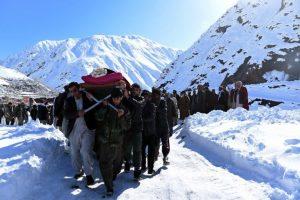 Hombres de Afganistán trasladan el cuerpo de una víctima de la avalancha que sacudió a Kabul el 26 de febrero Foto:AFP. Imagen Por: