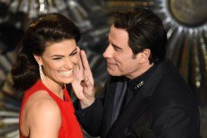 """John Travolta e Idina Menzel en el escenario del Teatro Dolby, en la presentación de los Premios Oscar. Travolta pronunció mal el nombre de Menzel durante la ceremonia de 2014 y este año fue la """"venganza"""" de Idina Foto:AFP. Imagen Por:"""