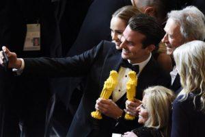 Bradley Cooper y Clint Eastwood posan para una selfie con Oscars hechos con Lego Foto:AFP. Imagen Por: