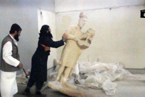 Militantes del grupo yihadista Estado Islámico destruyen piezas de un useo en Irak, algunas de las cuales tenían más de tres mil años de antigüedad Foto:AFP. Imagen Por: