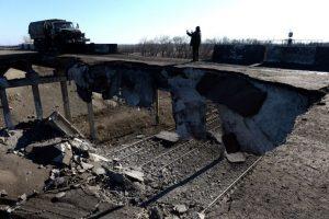 Un camión de propiedad de los prorrusos cruzó por un puente destruido en Ucrania el pasado 22 de febrero Foto:AFP. Imagen Por: