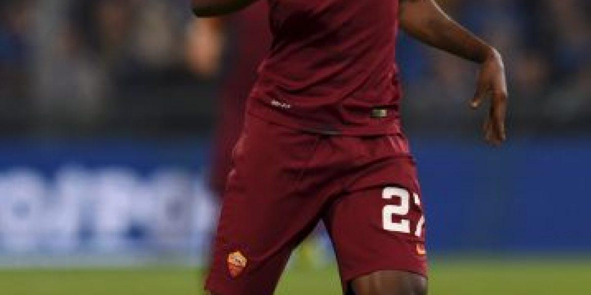Racismo en Europa: Lanzan plátano gigante a futbolista de la Roma
