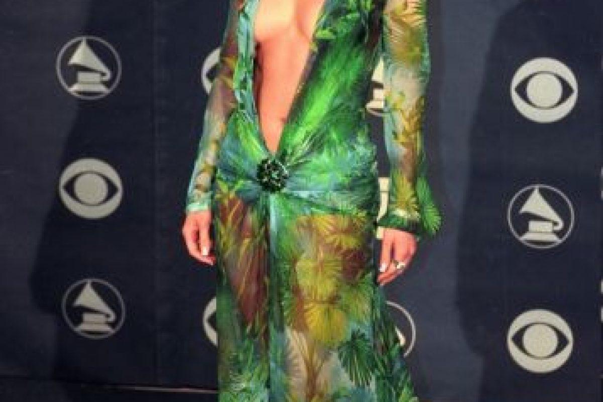 JLo se presentó con este Versace en los Grammy de 1999 Foto:Getty Images. Imagen Por:
