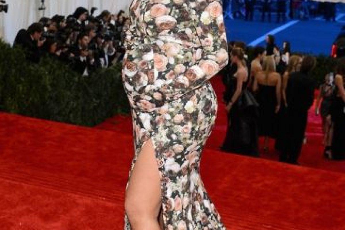 Kim Kardashian y su vestido/sofá en 2012 en la gala del MET Foto:Getty Images. Imagen Por: