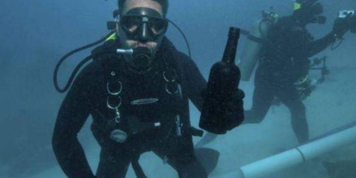 Abren botella de vino recuperada de un naufragio tras 150 años