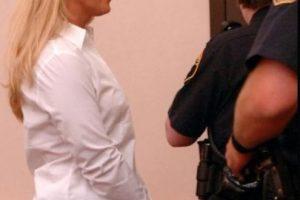 Carrie McCandle se acostó con un estudiante pero fue arrestada por posesión de drogas. Foto:AP. Imagen Por: