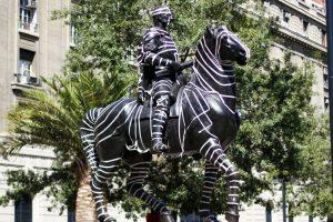 Intervencion anonima en la estatua ecuestre de Pedro de Valdivia, ubicada en plaza de armas de la capital Foto:ATON CHILE. Imagen Por: