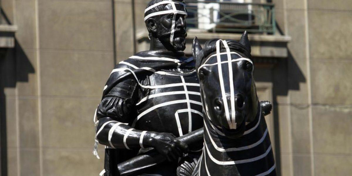 ¿Arte o vandalismo? Así quedó la estatua de Pedro de Valdivia en la Plaza de Armas