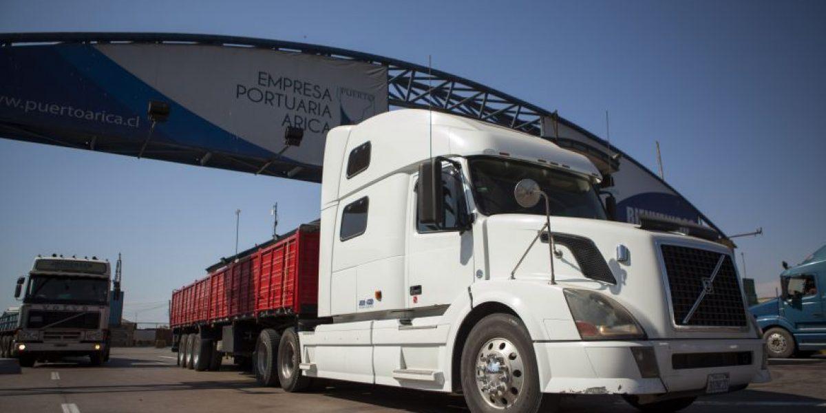 Detienen a sujetos que trataban de sacar camiones del país por paso no habilitado