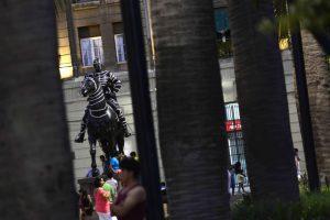 Intervencion anonima en la estatua ecuestre de Pedro de Valdivia, ubicada en plaza de armas de la capital Foto:Agencia UNO. Imagen Por: