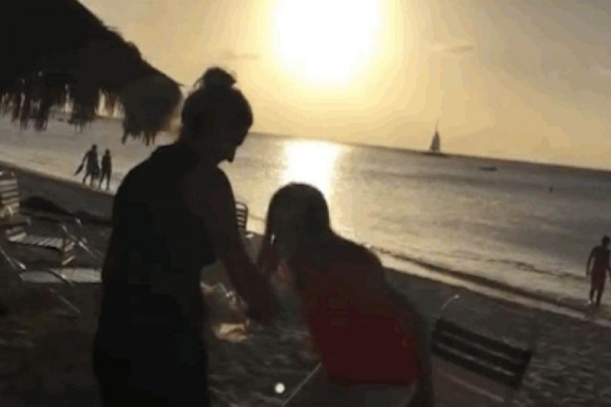 Sentó a su novia en una playa de un hotel, en su cumpleaños. Foto:Youtube. Imagen Por: