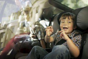 En el interior del vehículo, los adultos ocuparán los asientos delanteros y los niños los traseros. Foto:Getty Images. Información: medicosporlaseguridadvial.com. Imagen Por: