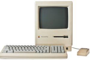 Macintosh Plus (1986). Su pantalla era de 9 pulgadas con resolución de 512*342 pixeles. Foto:Apple. Imagen Por: