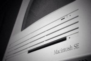 Macintosh SE (1986). El primero con espacio para un disco duro interno o disquetes duales. Foto:instagram.com/masterproapple. Imagen Por: