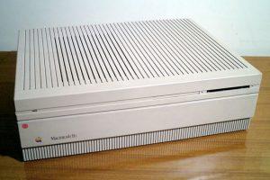 Tenía memoria ROM de 256K, RAM de 1MB, una o dos unidades de disquete SuperDrive de 3.6 y 1.44MB, disco duro SCSI de 20, 40 u 80MB, dos puertos ADB, conector minijack de auriculares y dos puertos RS-422 con conector mini-DIB 8. Foto:Wikimedia. Imagen Por: