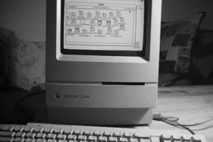 Macintosh Classic (1990). Con pantalla TRC monocroma de 9 pulgadas con resolución de 512*342 pixeles. Foto:instagram.com/ingri7. Imagen Por: