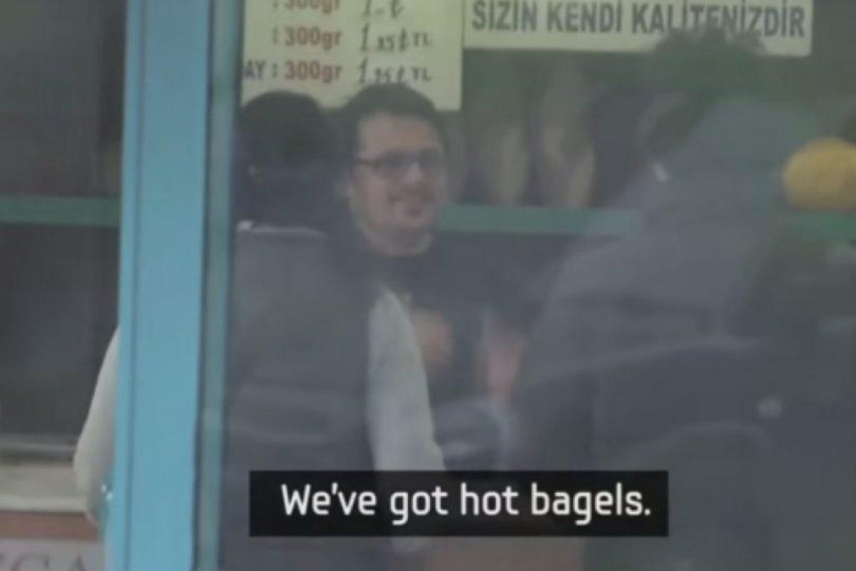 El panadero fue le primero que habló. Foto:Samsung/Youtube. Imagen Por: