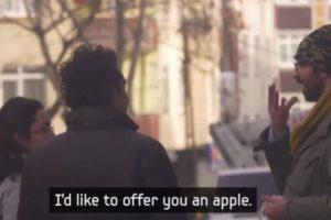 Pero luego le ofrecieron una manzana. Foto:Samsung/Youtube. Imagen Por: