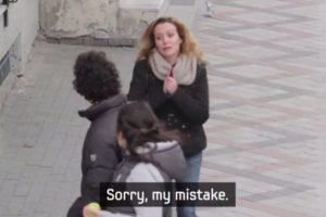 Luego una mujer se disculpó con él. Foto:Samsung/Youtube. Imagen Por: