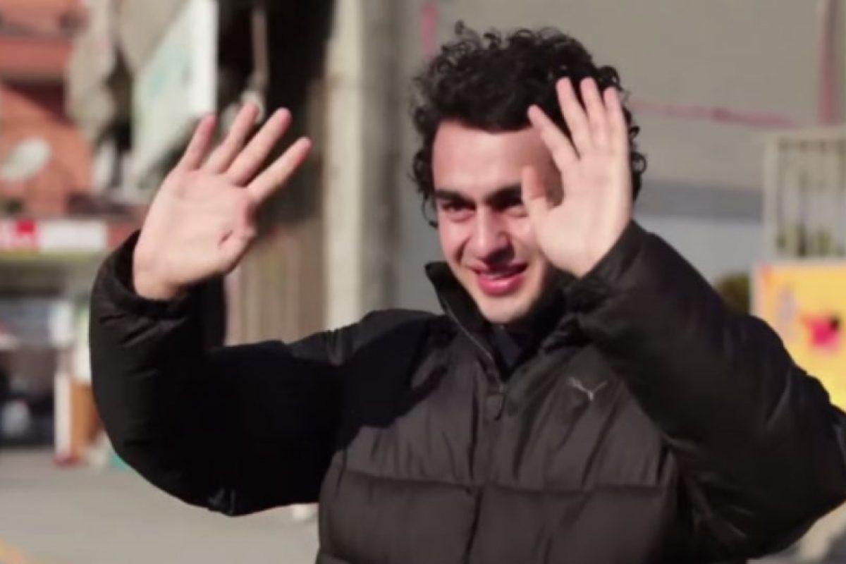 Claro, él solo pudo sonreír. Foto:Samsung/Youtube. Imagen Por: