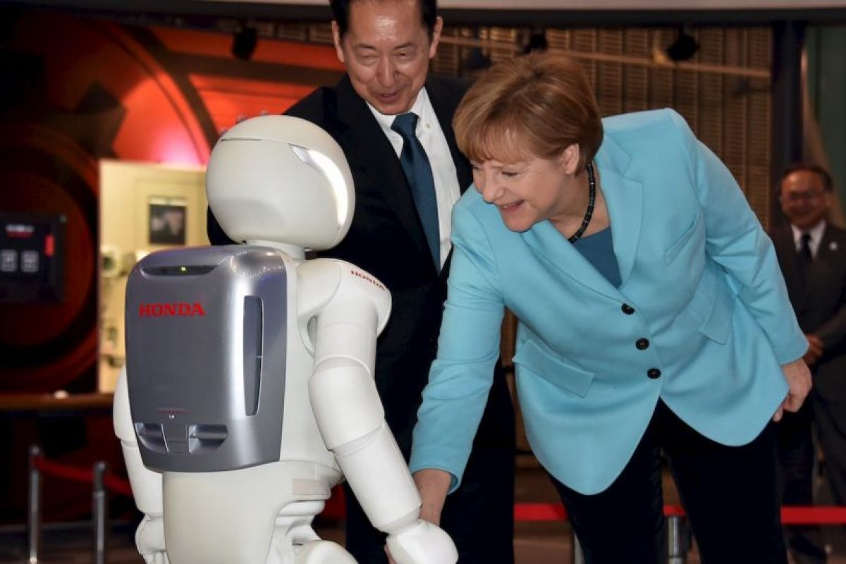 ASIMO saludando a Angela Merkel, primer ministro alemán. Foto:AFP Photos. Imagen Por: