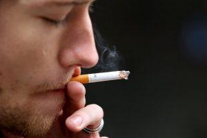 9. Fumar también causa arrugas prematuras. Foto:Getty. Imagen Por: