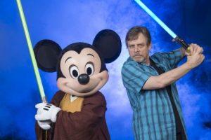 Mark Hamill, protagonista de la primera trilogía, en una recinete visita a Disneyworld Foto:Getty Images. Imagen Por: