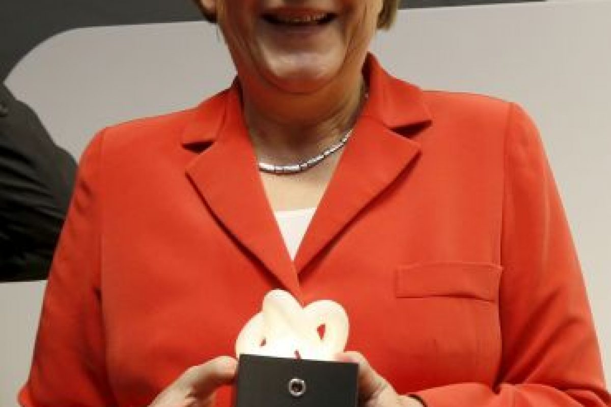 La canciller alemana Angela Merkel sostiene una escultura diseñada por un niño de 11 años de edad Foto:Getty Images. Imagen Por: