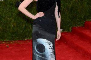 """La actriz Kirsten Dunst usando un vestido con la """"Estrella de la Muerte"""" en una alfombra roja Foto:Getty Images. Imagen Por:"""