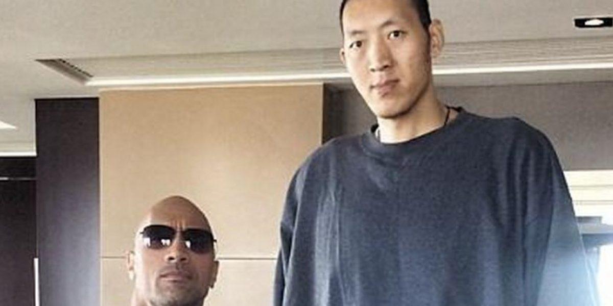 La Roca conoce a basquetbolista que lo hace ver pequeño