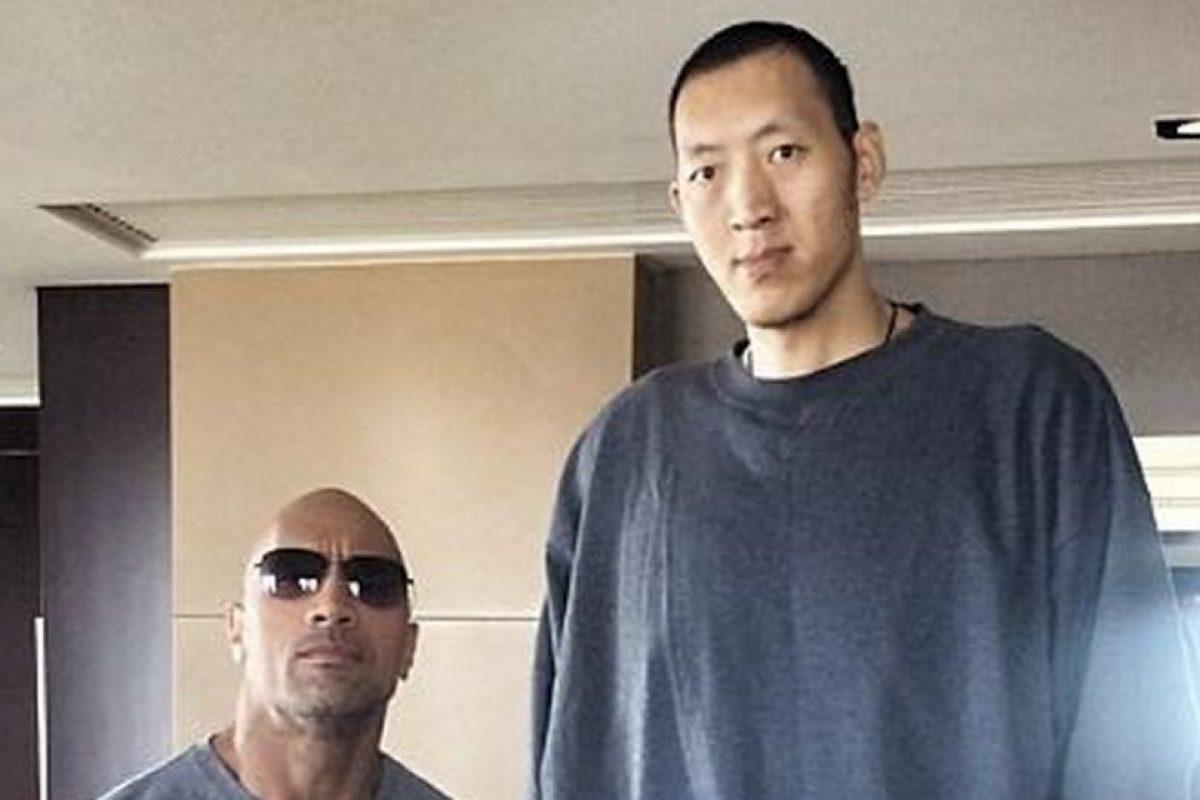 Así fue el encuentro del luchador de la WWE con el basqutbolista Sun Ming Ming Foto:Instagram: @therock. Imagen Por: