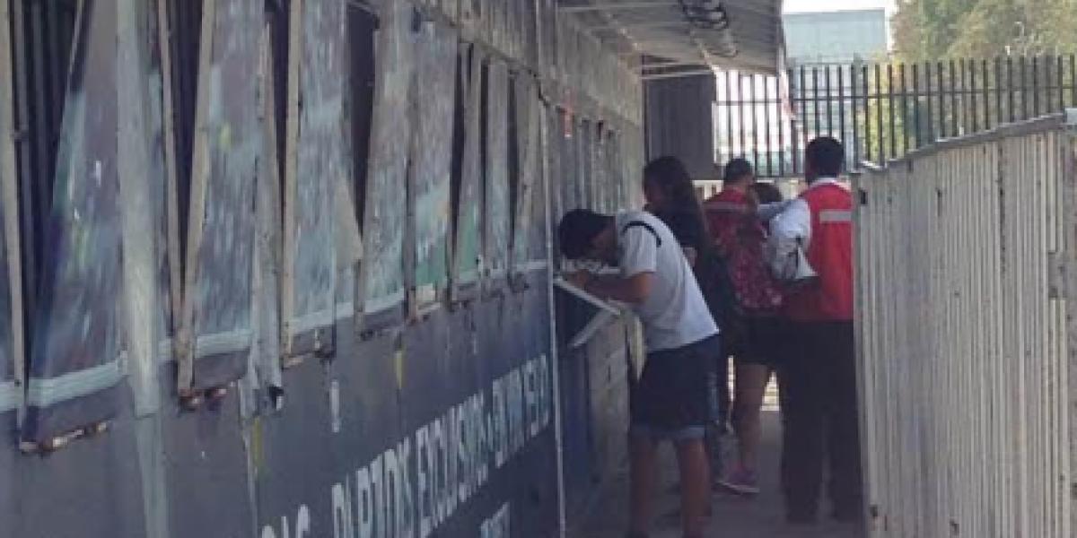 Hinchas de Colo Colo retiran en un tranquilo ambiente las entradas del Superclásico