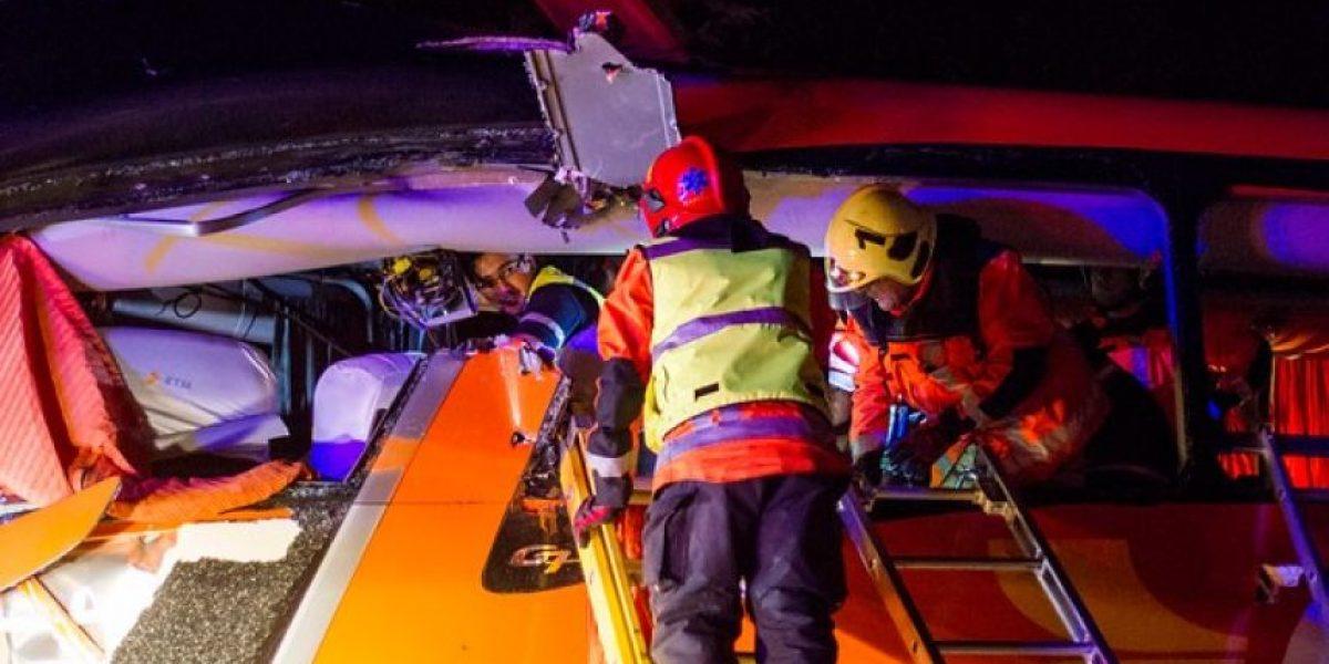 Las imágenes del rescate del  impactante choque entre dos buses en la Ruta 5 Sur