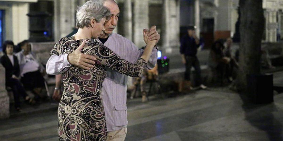 Expulsan a dos mujeres que bailaban tango en la plaza de Montevideo