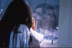 La madre de Phoebe, Zoe de 37 años mencionó que la pequeña constantemente tiene infecciones en la piel debido a su condición. Foto:Tumblr.com/Tagged-Fragilidad. Imagen Por: