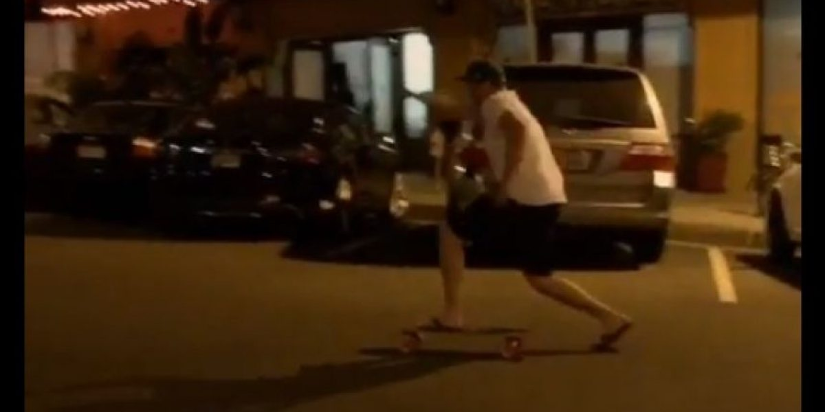 VIDEO: Ebrio sale de bar e intenta regresar a casa en patineta