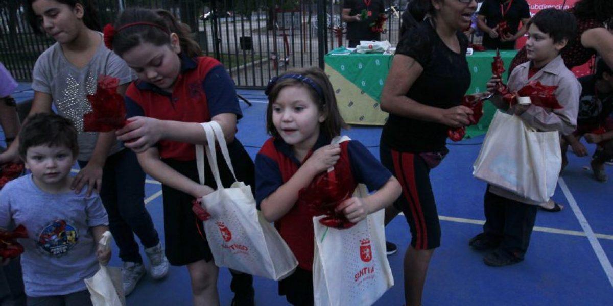 Municipalidad de Santiago entrega uniformes y útiles escolares para estudiantes de la comuna