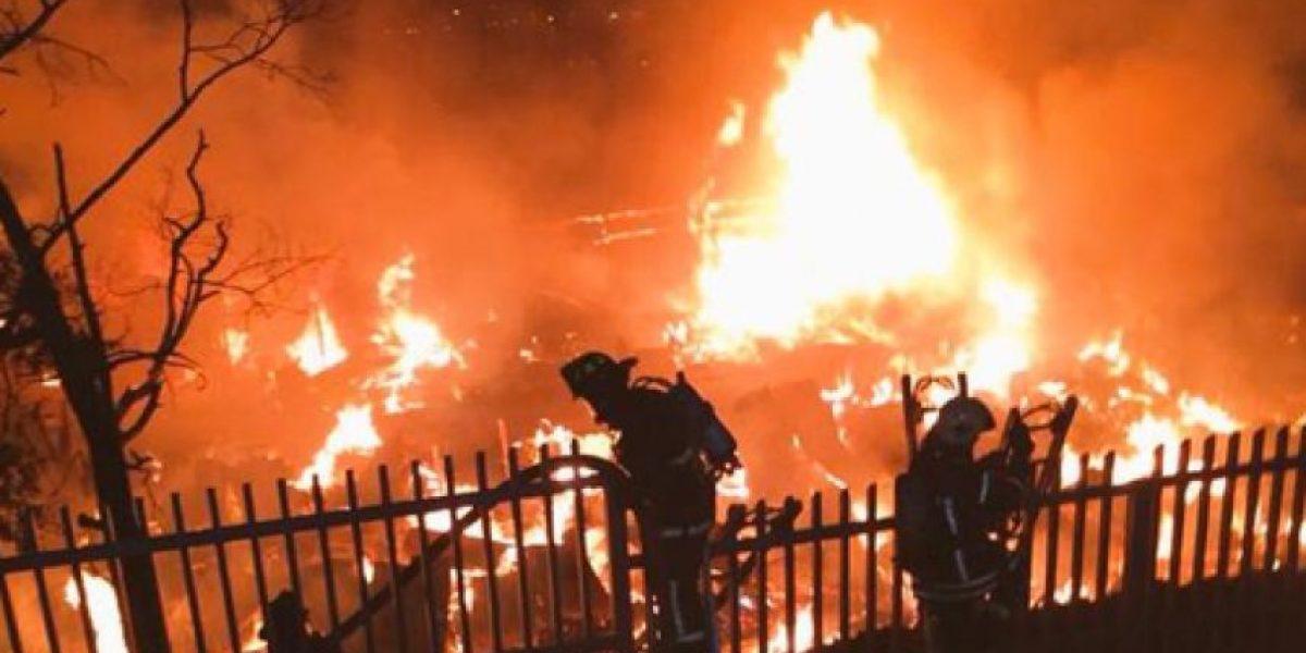 Gran incendio en Santa María de Manquehue moviliza a varias compañías de bomberos