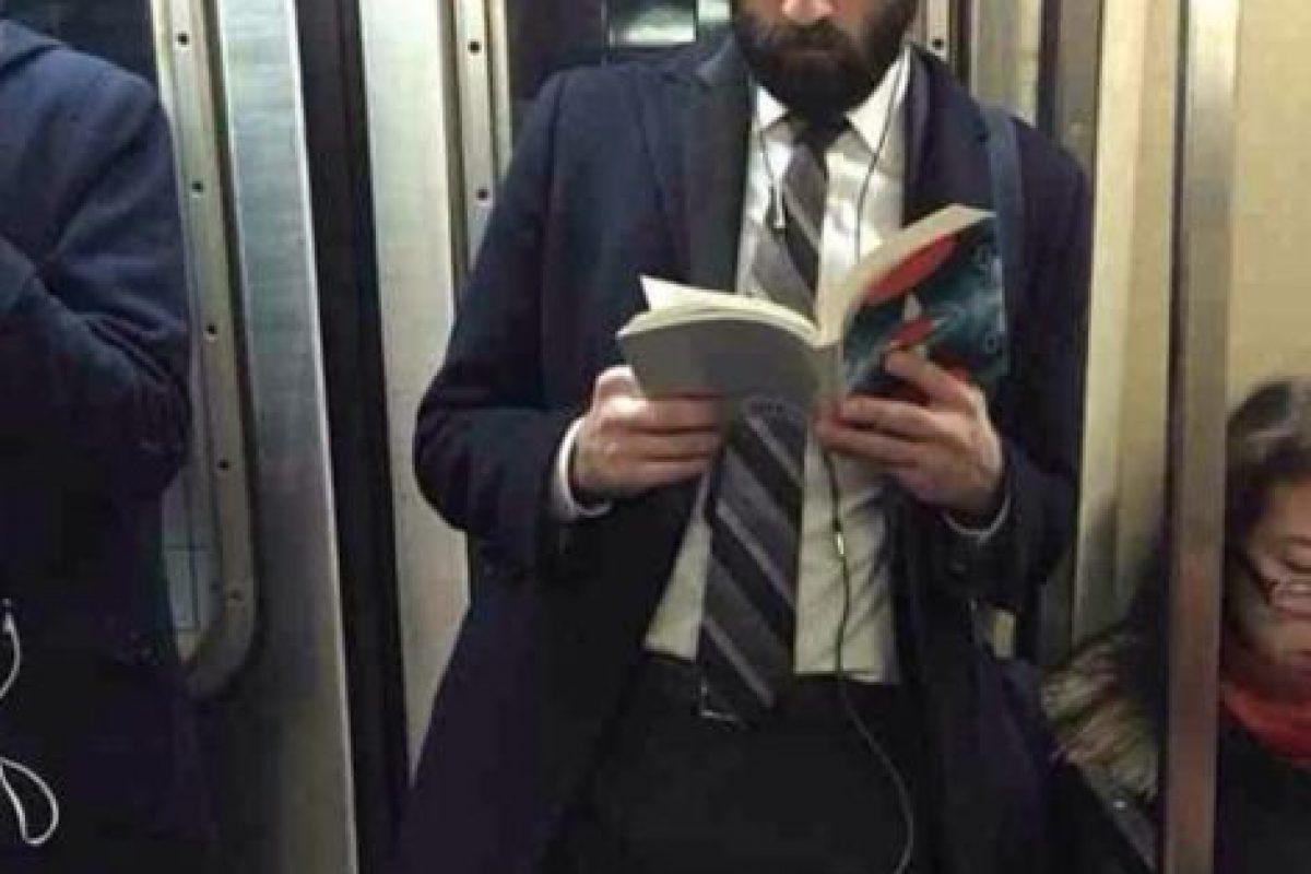 Esta cuenta retrata a los hombres más guapos del metro de Nueva York que leen libros o periódicos. Foto:Hot Dudes Reading/Instagram. Imagen Por: