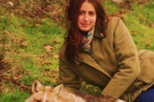 """Él es Todd. Su dueña es Amanda. Desde que fue adoptado por ella, cuando era un cachorro, nunca supo que era un zorro. Prácticamente actúa como """"un perro"""". Su dueña cree que es porque nunca estuvo en la vida silvestre. De hecho, tuvo dueños humanos antes. Pasea con correa y está en su perrera. Foto:Facebook/Amanda D' Sylva. Imagen Por:"""