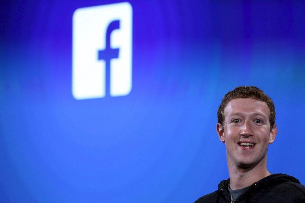 Facebook, al lado de su creador Mark Zuckerberg, asciende escalones poco a poco. Hoy ocupa el cuarto sitio con una fortuna neta de 33 mil 400 millones de dólares. Foto:Getty Images. Imagen Por: