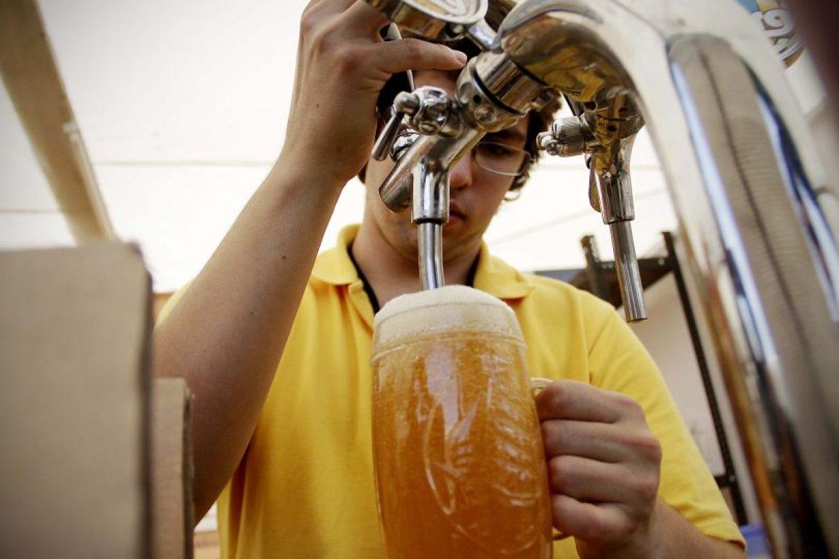 La cerveza es uno de los brebajes favoritos de los chilenos, tanto, que en la actualidad el consumo promedio alcanza a los 40 litros per cápita al año. Foto:Agencia UNO / Imagen Referencial. Imagen Por: