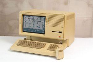Apple Lisa apareció en 1983, pero la mala fama de su antecesor fue una carga muy pesada para este dispositivo que, a grandes rasgos, mejoró mucho el sistema de Apple III. Foto:Vía commons.wikimedia.org. Imagen Por: