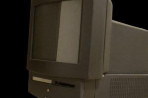 Si pensaban que Apple TV es una idea original, echen un vistazo a la Macintosh TV., donde se podía ver la señal de TV mediante un cable coaxial, sin embargo era un lío cambiar al modo PC, lo cual le quitó muchos puntos y finalmente fue desterrada. Foto:Vía commons.wikimedia.org. Imagen Por: